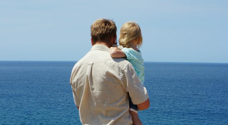 Gaute og Iris ser ut mot havet.