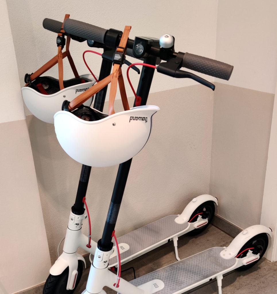 SuperOffice Norge har kjøpt matchende hjelmer til elsparkesyklene.