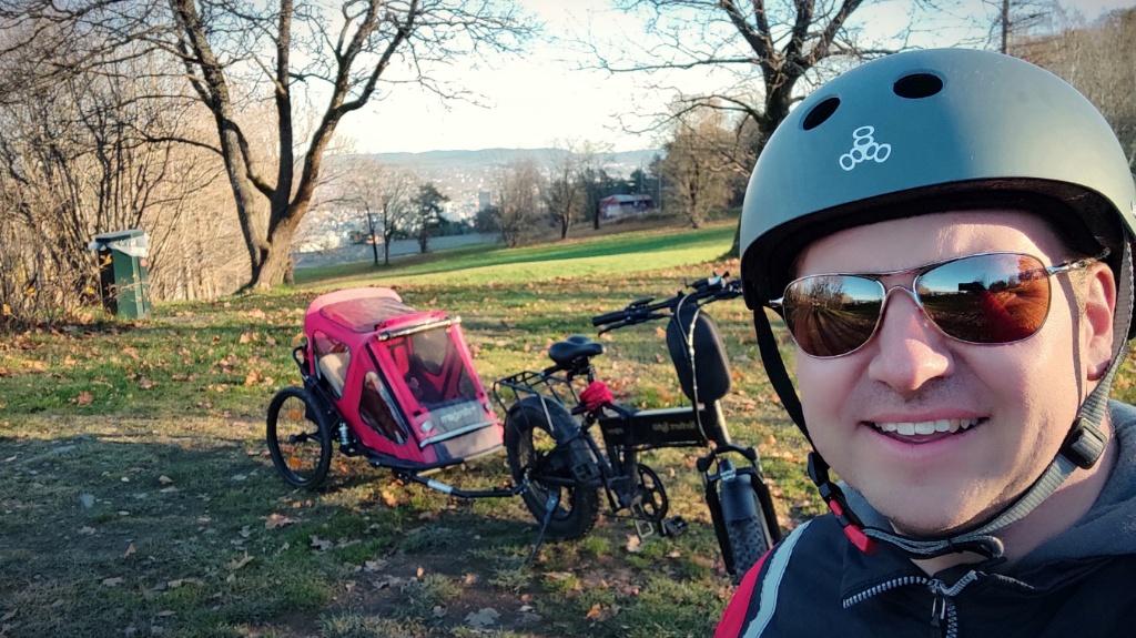 Ute på sykkeltur med vogn