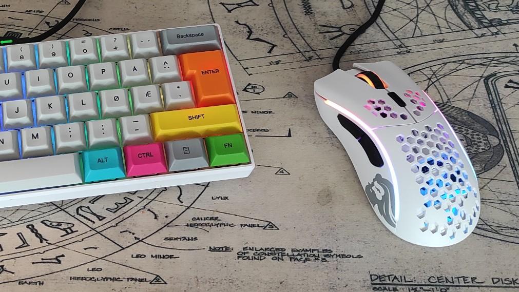 Gaming-musen og tastaturet mitt.