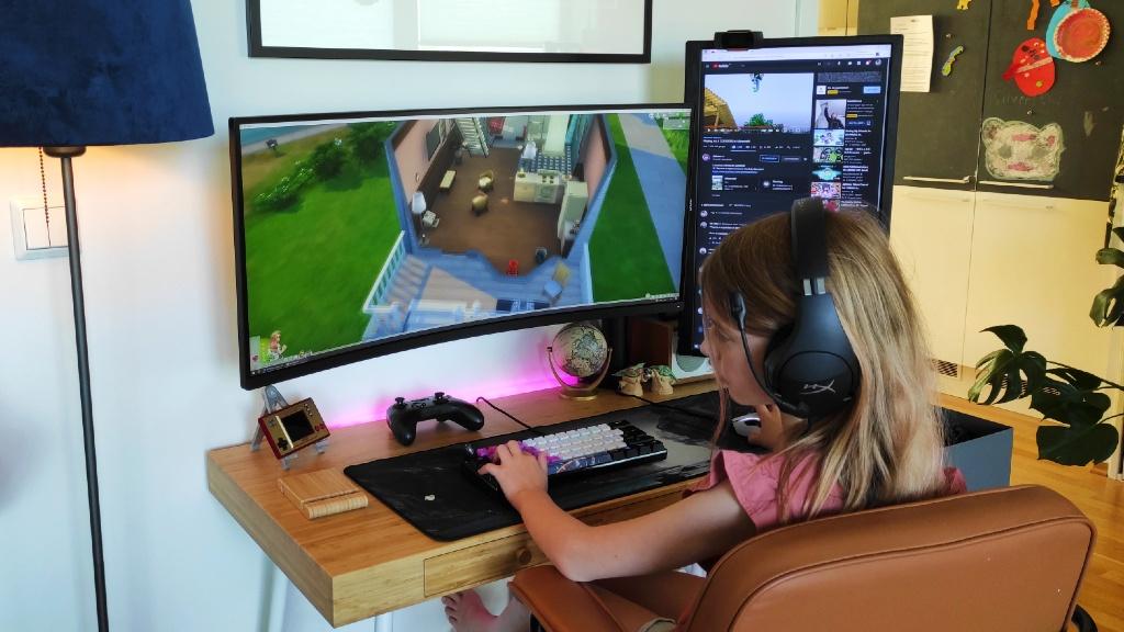 Iris som spiller Sims 4