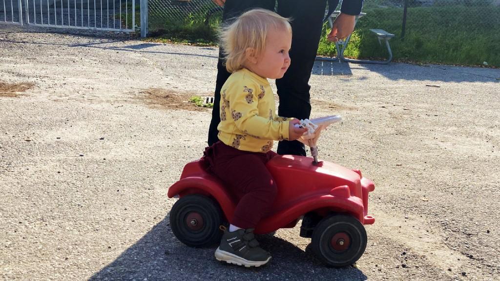 Lily på en lekebil